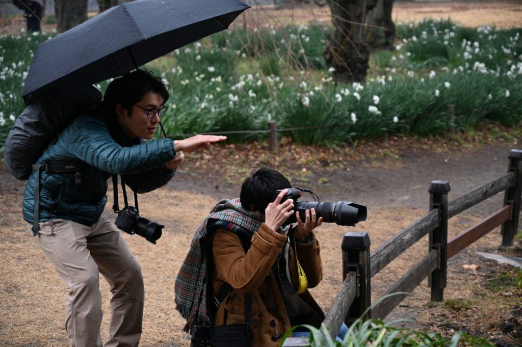 プロ写真家今浦先生が生徒に指導する様子